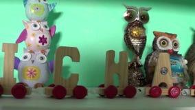 Spielt Marionettenkinderjungenschlafzimmer stock footage