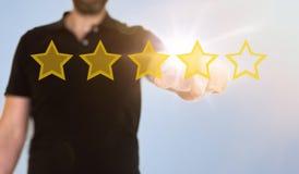 Spielt rührende lichtdurchlässige Schnittstelle Touch Screen des Geschäftsmannes mit goldener Bewertung die Hauptrolle stockbild