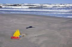 Spielt Segelboote auf Strand Stockbild