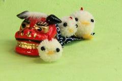 Spielwaren, asiatischer Löwe für neues Jahr und Küken des Garns Stockbild