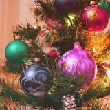 Spielwaren auf dem Baum des neuen Jahres stockbild