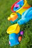 Spielwaren auf dem Gras lizenzfreie stockbilder