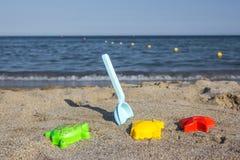 Spielwaren auf dem Strand Lizenzfreies Stockfoto