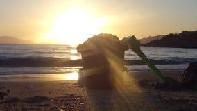 Spielwaren auf dem Strand bei Sonnenuntergang stock video footage