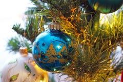 Spielwaren auf dem Weihnachtsbaum Dekorationen des neuen Jahres lizenzfreies stockbild
