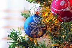 Spielwaren auf dem Weihnachtsbaum Dekorationen des neuen Jahres lizenzfreie stockbilder