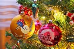 Spielwaren auf dem Weihnachtsbaum Dekorationen des neuen Jahres lizenzfreie stockfotos