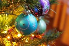 Spielwaren auf dem Weihnachtsbaum Dekorationen des neuen Jahres stockfotos