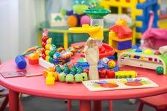 Spielwaren auf einer Tabelle im Spielzimmer der Kinder Lizenzfreies Stockfoto