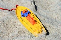 Spielwaren auf Sand Lizenzfreie Stockfotos