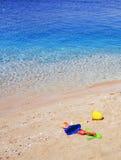 Spielwaren der bunten Kinder auf dem Meersand Stockbild