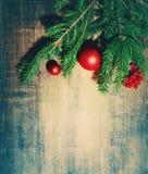 Spielwaren des natürlichen Tannenzweigs und eines neues Jahr ` s Tannenbaums auf einem hölzernen Hintergrund Neues Jahr `s Hinter Stockbild