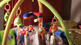 Spielwaren, die in der Krippe hängen stock video
