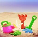 Spielwaren für die Sandkästen der Kinder gegen das Meer und den Strand Stockfotografie