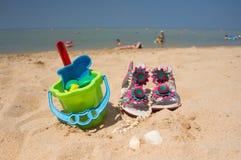 Spielwaren für Kindersandkästen gegen das Meer und den Strand Stockfotos