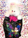 Spielwaren f?r Kinder das wenige Kaninchen ist bereit, ein Geschenk angeboten zu werden stockfotografie