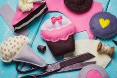 Spielwaren hergestellt vom Filz in Form der Eiscreme und des Kuchens Stockfotografie