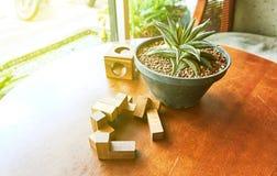 Spielwaren, Holzklotz, werden auf Holztisch, Hintergrund mit Kopienraum gesetzt Lizenzfreie Stockbilder