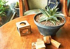 Spielwaren, Holzklotz, werden auf Holztisch, Hintergrund mit Kopienraum gesetzt Stockfoto