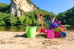 Spielwaren nahe dem Fluss Stockbilder