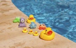 Spielwaren nahe dem Pool Lizenzfreie Stockfotos