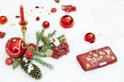 Spielwaren und Schmuck auf Schnee von den Kerzen Lizenzfreies Stockbild