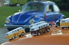 Spielwaren von klassischen Volkswagen-Autos auf einer Käfermotorhaube Stockfotografie