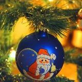 Spielzeug auf dem Baum des neuen Jahres stockbild