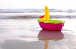 Spielzeug auf einem Strand Lizenzfreie Stockfotos