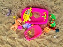 Spielzeug auf Sand stockbilder