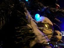 Spielzeug auf Weihnachtsbaum im Freien Stockfotografie