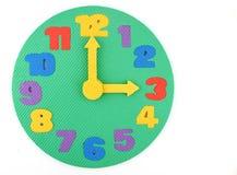 Spielzeug-Borduhr auf weißem Hintergrund lizenzfreies stockbild