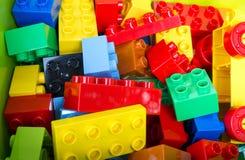 Spielzeug, das bunte Blöcke auf grünem Kasten errichtet stockfotografie