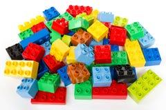 Spielzeug, das bunte Blöcke errichtet lizenzfreie stockbilder