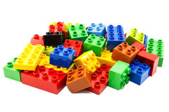 Spielzeug, das bunte Blöcke errichtet Stockfotos