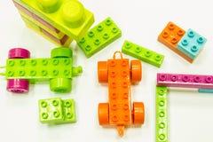Spielzeug, das bunte Blöcke errichtet Lizenzfreies Stockbild