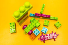 Spielzeug, das bunte Blöcke errichtet stockfoto