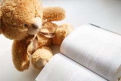 Spielzeug, das ein Buch liest lizenzfreies stockbild