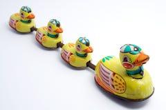 Spielzeug-Enten in einer Zeile Lizenzfreie Stockfotografie