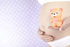 Spielzeug, glückliche schwangere Frau stockfotografie