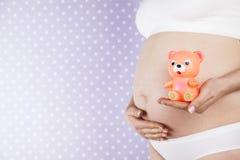 Spielzeug, glückliche schwangere Frau lizenzfreies stockbild