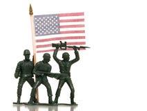 Spielzeug-grüne Armee-Männer mit US-Markierungsfahne auf Weiß lizenzfreie stockfotos