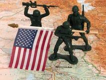 Spielzeug-grüne Armee-Männer mit US-Markierungsfahne im Irak lizenzfreies stockfoto
