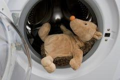 Spielzeug-Igeles in der Waschmaschine Stockbilder