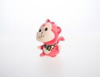 Spielzeug oder weiches Spielzeug des Affen auf dem Hintergrund Stockfoto