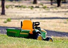 Spielzeug-Rasen-Traktor auf Gras Lizenzfreie Stockfotos