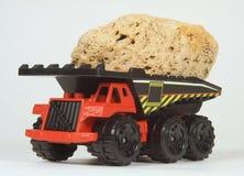 Spielzeug-Steinbruch-LKW mit Eingabe Stockfoto
