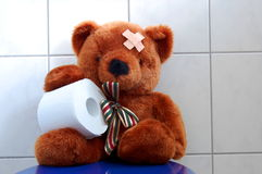 Spielzeug-Teddybär betreffen WC-Toilette lizenzfreies stockbild