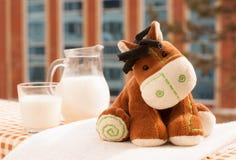 Spielzeug und Milch Lizenzfreies Stockfoto