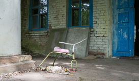 Spielzeug vor verlassenem Kindergarten in Tschornobyl Stockfotografie